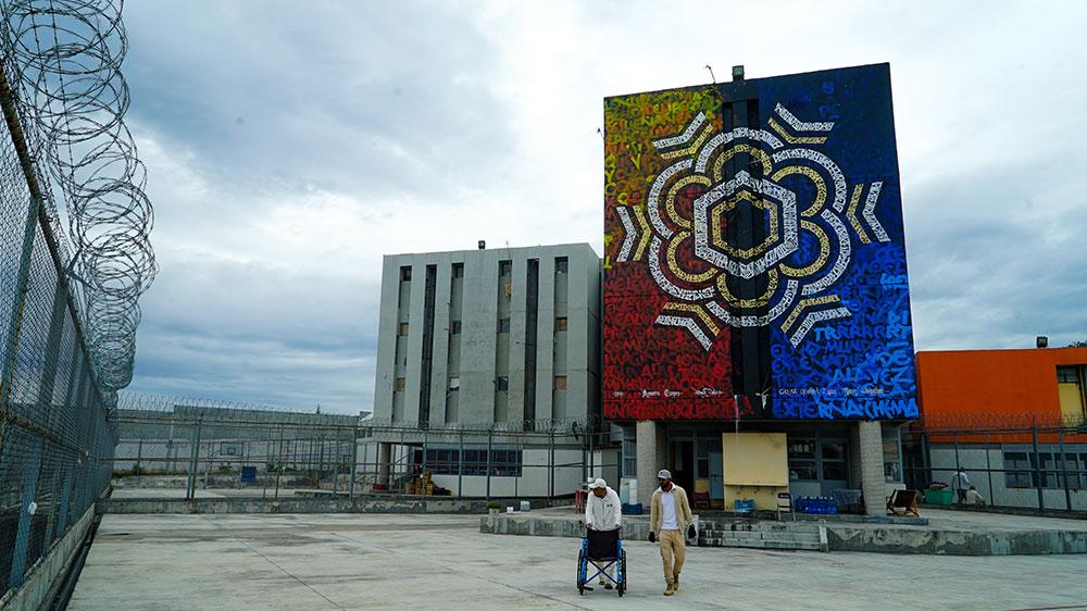 Caligrafía mural del artista mexicano Said Dokins en Prision de alta seguridad